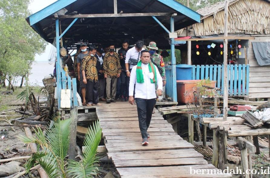 Bupati H Zukri Diagnosa Pembangunan Desa Sungai Emas Dan Sokoi, Jalan Dan Listrik 24 Jam Prioritas