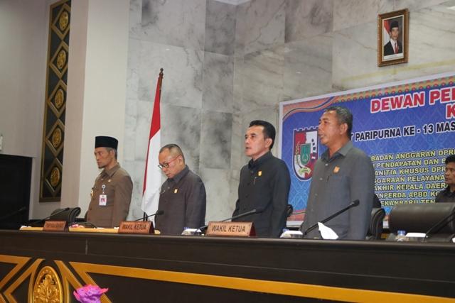 PIMPINAN DPRD Pekanbaru dan Wakil Walikota menyanyikan lagu Indonesia Raya pada pengesahan  Ranperda - (Ada 0 foto)